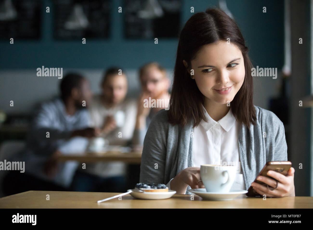 Chica busca en el postre ordenadas por chicos coquetear en cafe Imagen De Stock