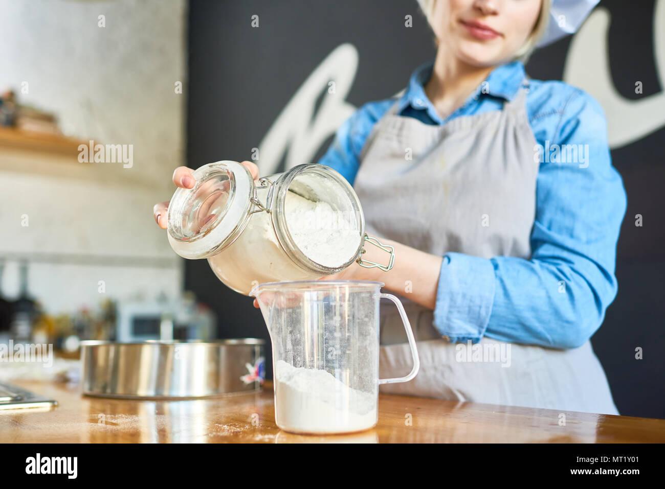 Panadero trabaja con harina Imagen De Stock