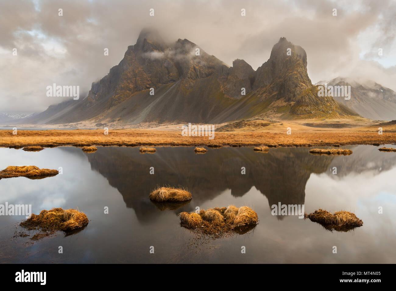 Las reflexiones de la mañana de Eystrahorn y Krossanesfjall. Imagen De Stock