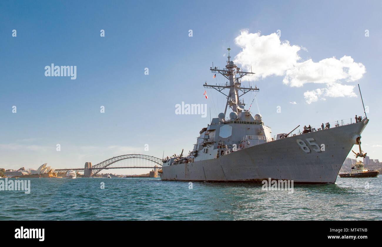 170726-N-HI376-044 Sydney, Australia (26 de julio de 2017) La clase Arleigh Burke de misiles guiados destructor USS McCampbell (DDG 85) sale en Sydney, Australia. Es McCampbell de patrulla en la zona de EE.UU. 7ª Flota de operaciones de apoyo a la seguridad y la estabilidad en la región del Pacífico Indo-Asia. (Ee.Uu. Navy photo by Mass Communication Specialist 2nd Class Jeremy Graham/liberado) Foto de stock