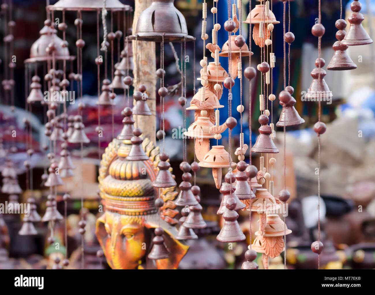 Bellos ornamentos del jardín de las campanas, abalorios, aves, Ganesha-hechas de arcilla o cerámica sobre venta en artes y oficios Shilparamam village en Hyderabad, India. Foto de stock