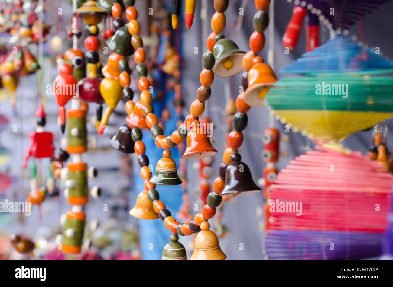 /Multicolor ornamentos del jardín multicolor de las campanas, abalorios, hecha de arcilla o cerámica sobre venta en artes y oficios Shilparamam village en Hyderabad, India. Foto de stock