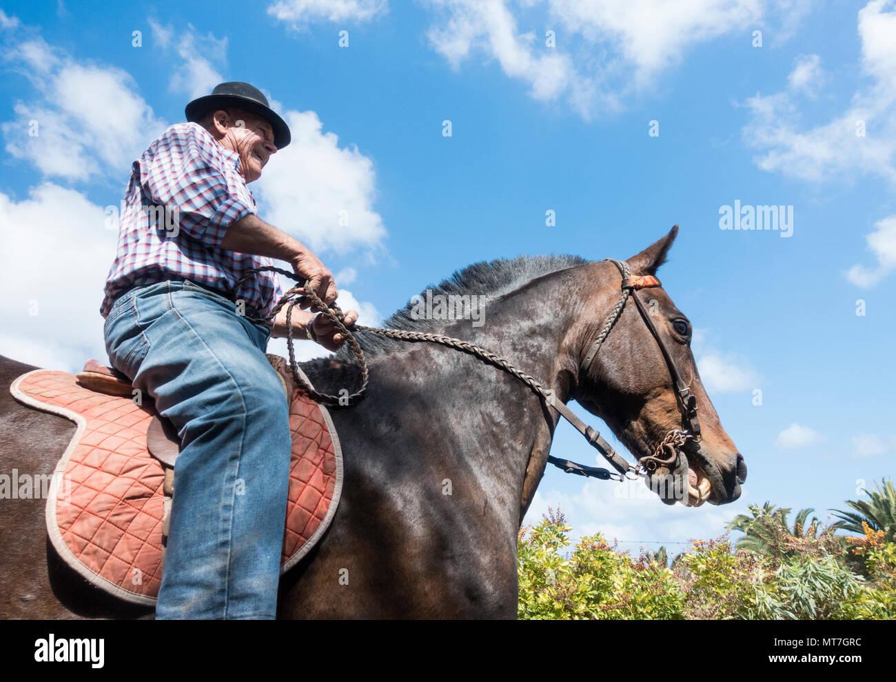 Anciano agricultor a caballo en Gran Canaria, Islas Canarias, España Imagen De Stock