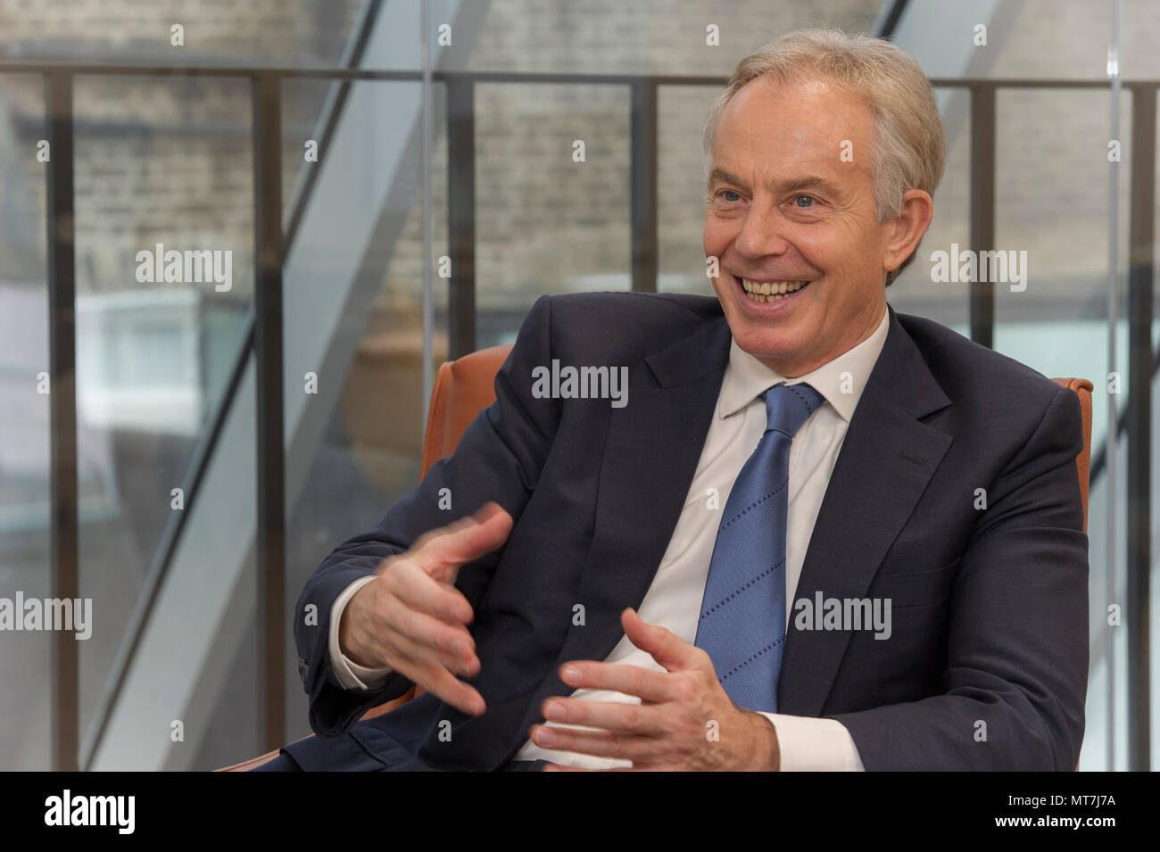 El Honorable Tony Blair en conversación en su oficina en el Instituto de Tony Blair para el cambio global en el centro de Londres Imagen De Stock