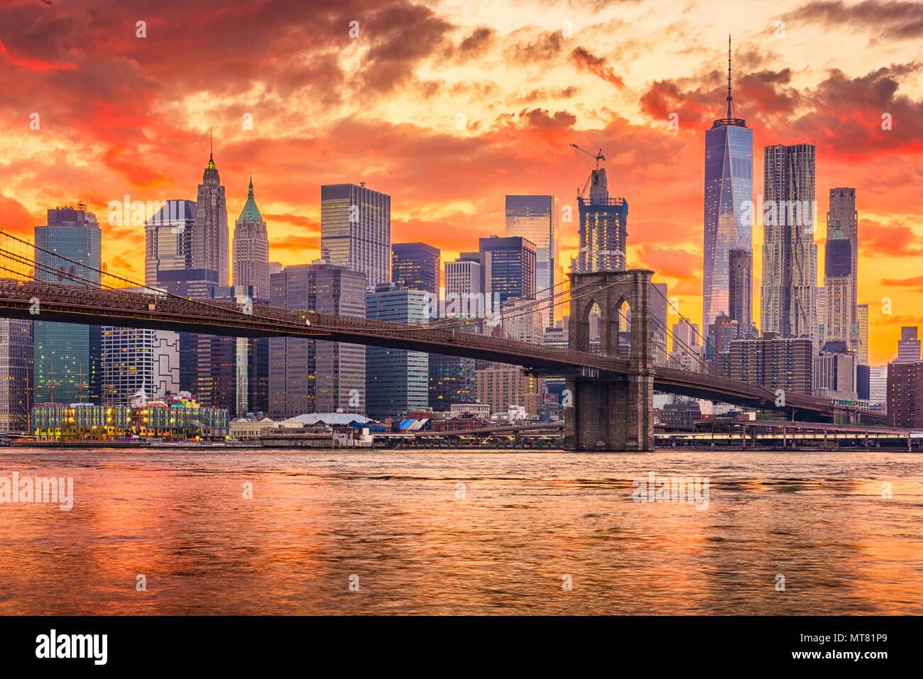 Nueva York, Nueva York, EE.UU. rascacielos de Manhattan en el East River con el puente de Brooklyn después del atardecer. Foto de stock