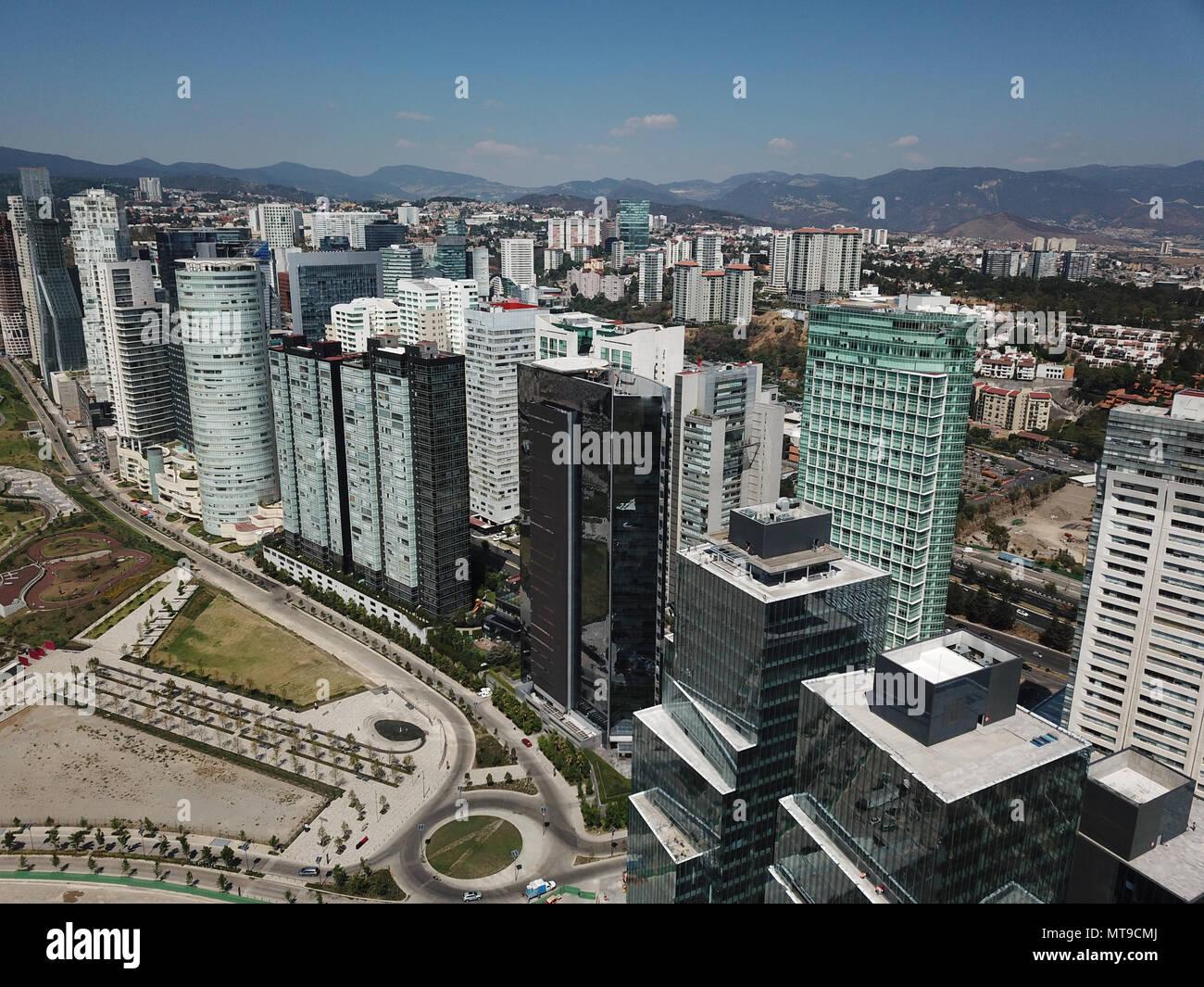Rascacielos en la Ciudad de México en torno a la Avenida Reforma con el cielo azul Imagen De Stock