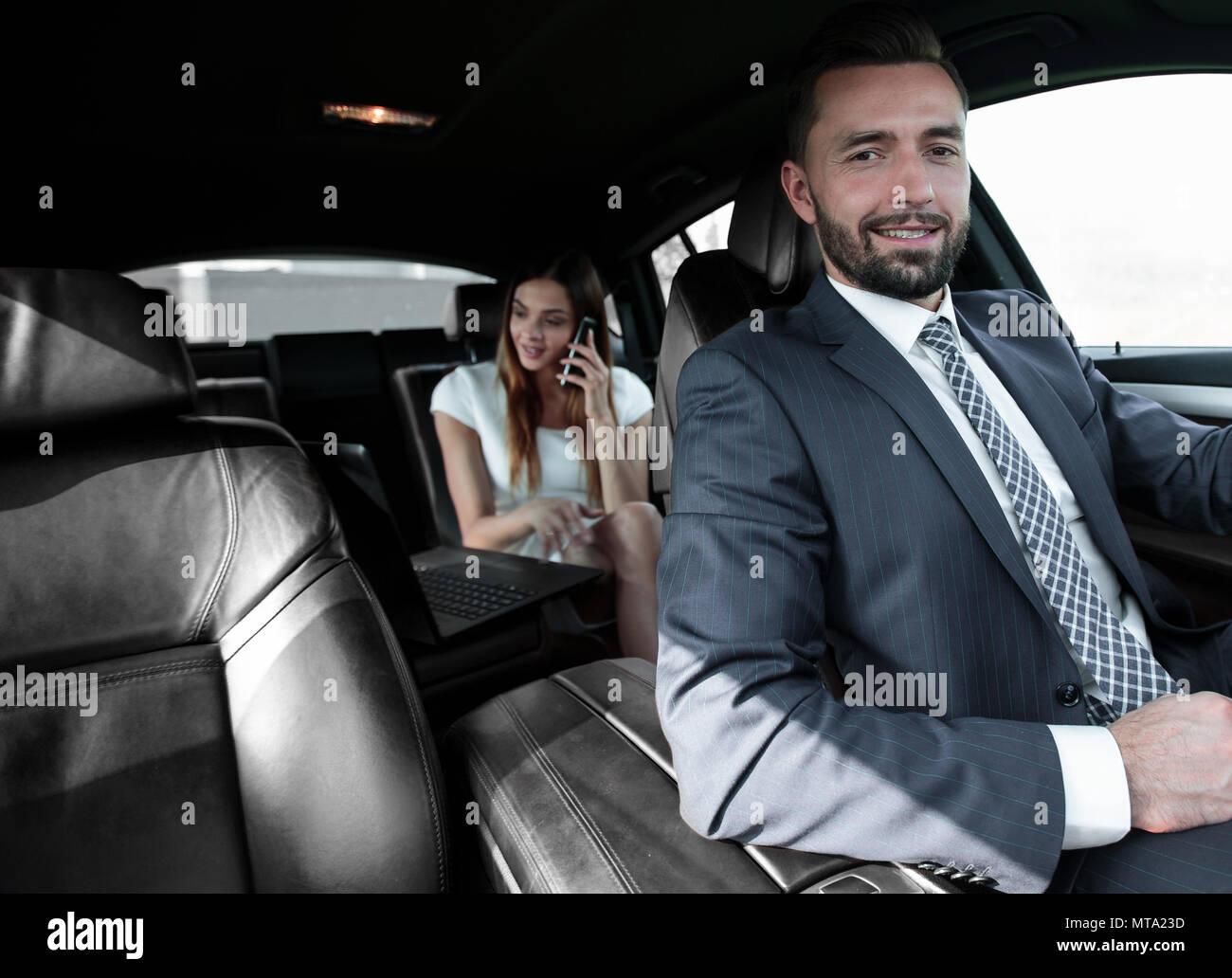 Unidades elegante atractivo hombre serio buen coche Imagen De Stock