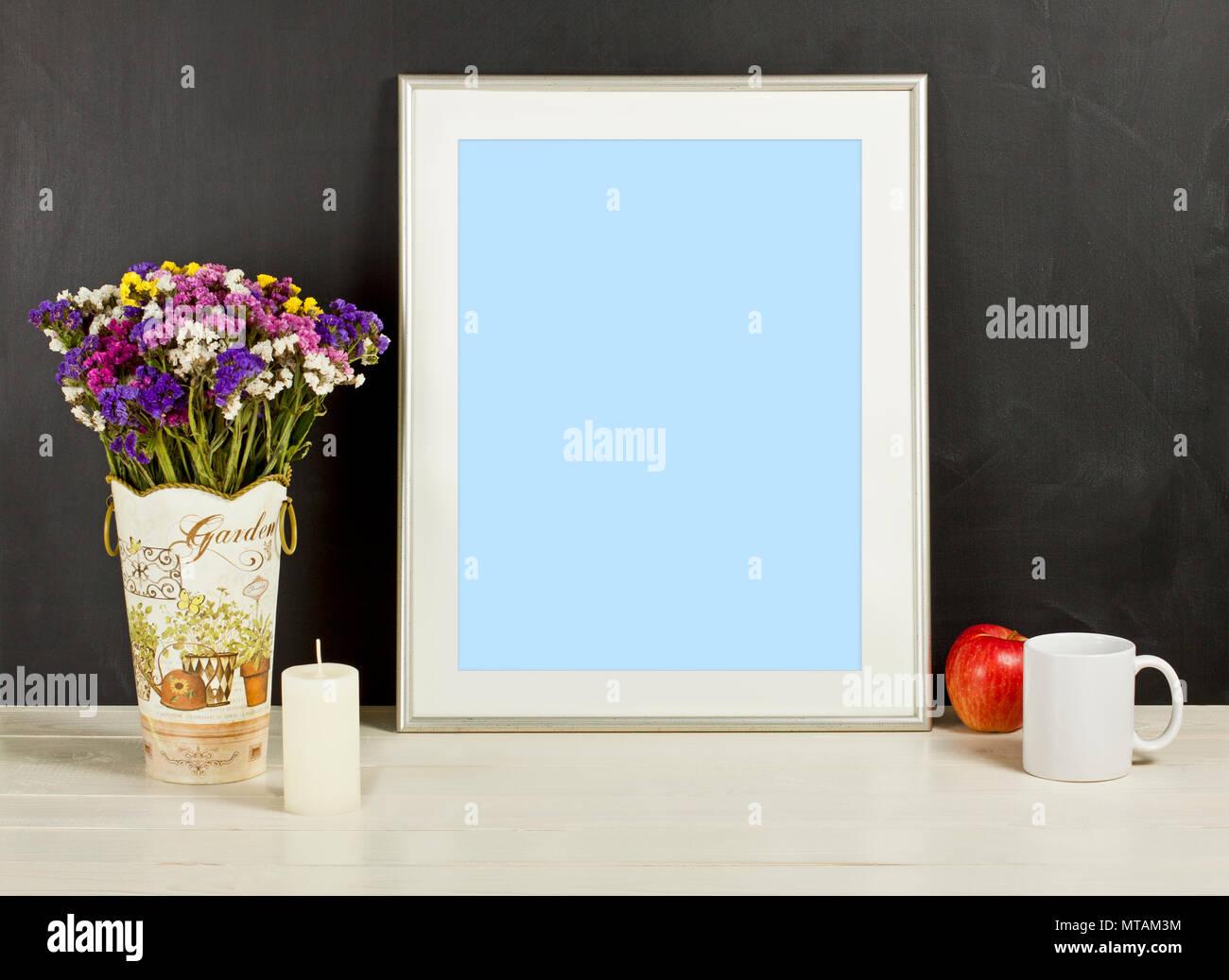 Maqueta de marco color plata con flores del campo en un jarrón ...