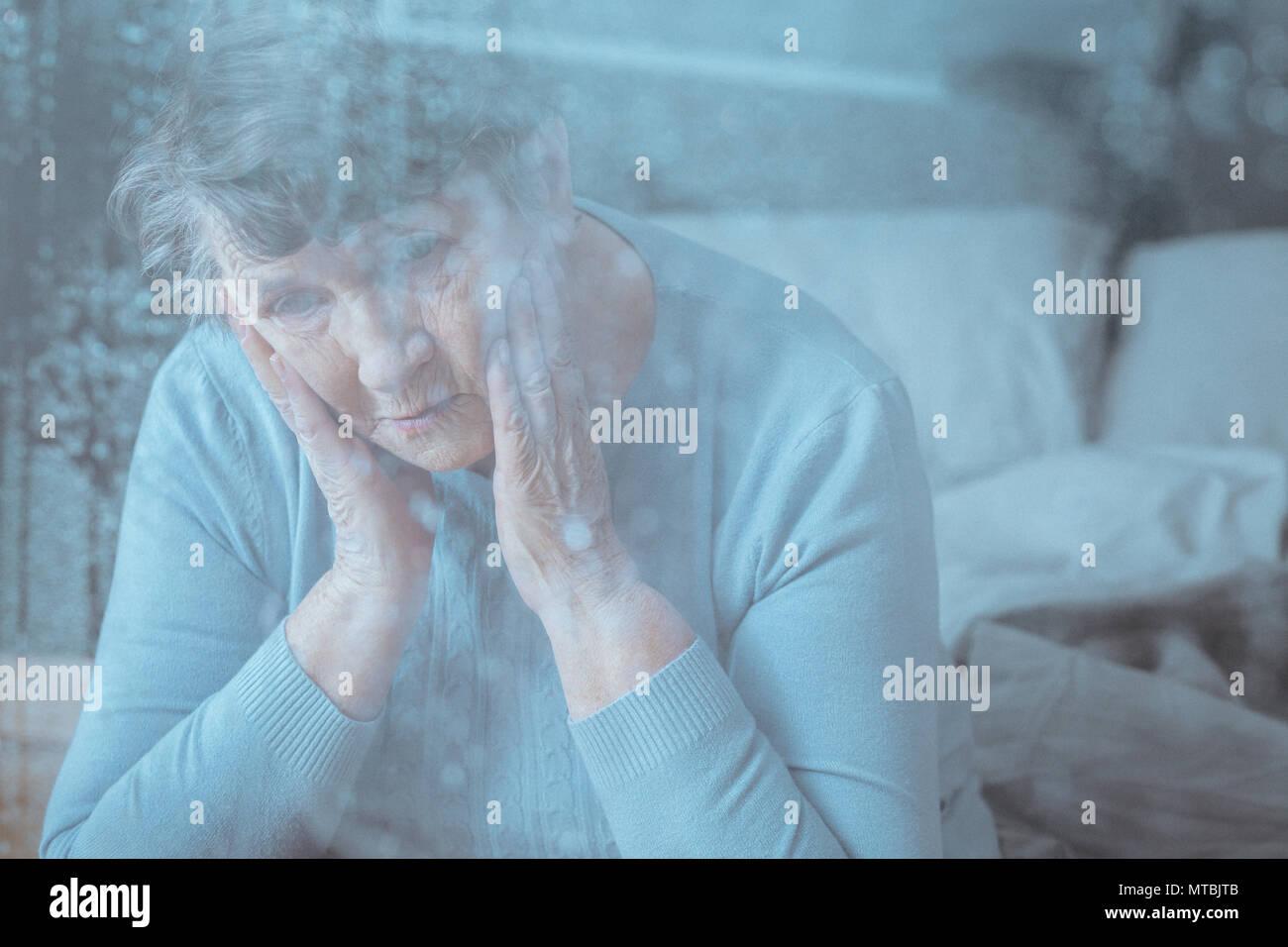 Triste, preocupado mujer senior tener trastorno de memoria Imagen De Stock