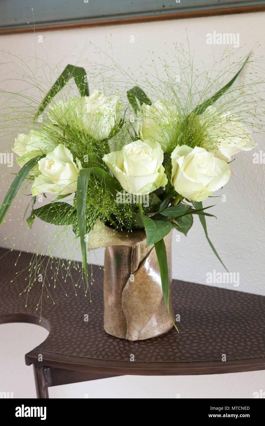 Un ramo de rosas blancas sobre la tableta para el día de la madre (Francia) Ramo de Rosas blancas sur tablette à l'ocasión de le fête des mères (Francia). Imagen De Stock