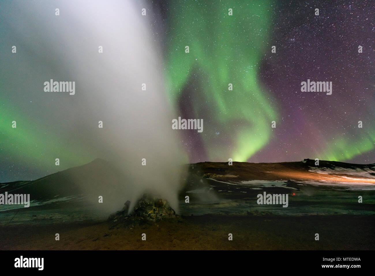 Fumarola, Hverir área geotérmica, las Luces del Norte (Aurora Borealis), cerca de Mývatn, en el norte de Islandia, Islandia Foto de stock