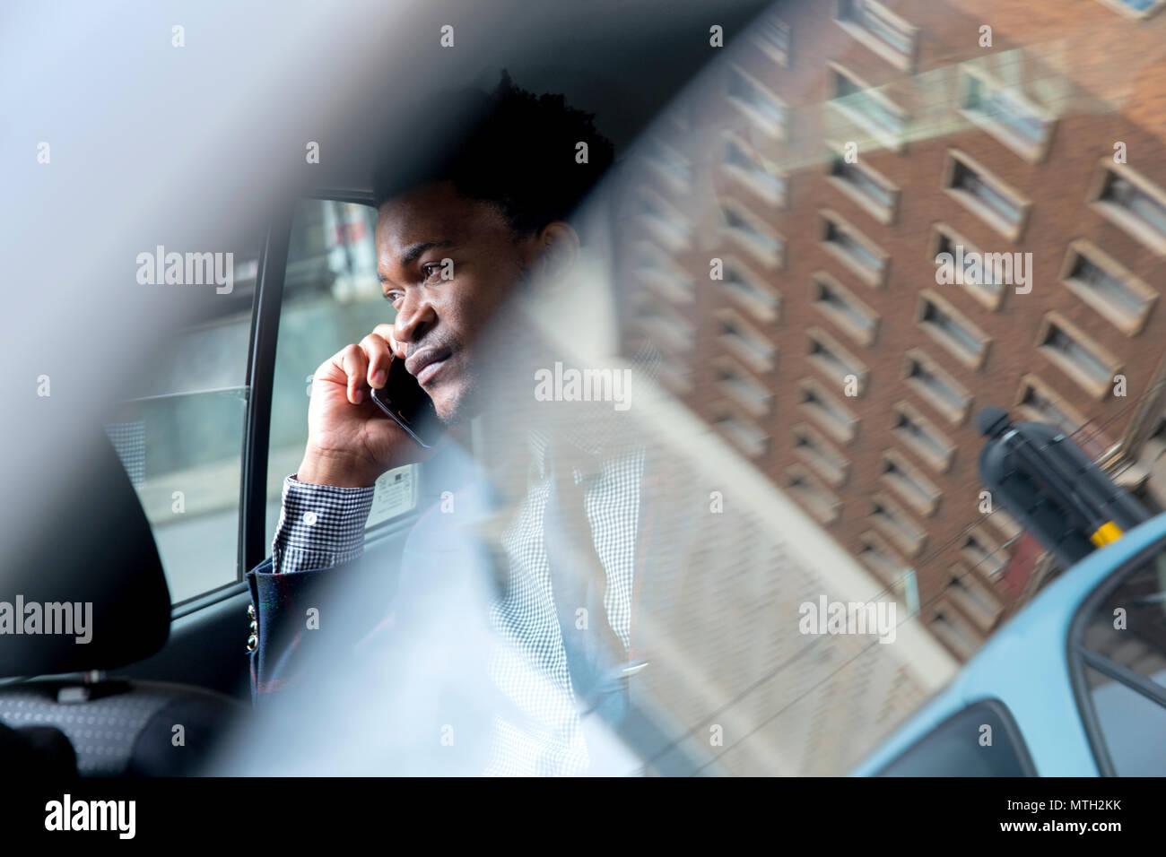 Hombre de negocios vistos a través de ventanilla Imagen De Stock