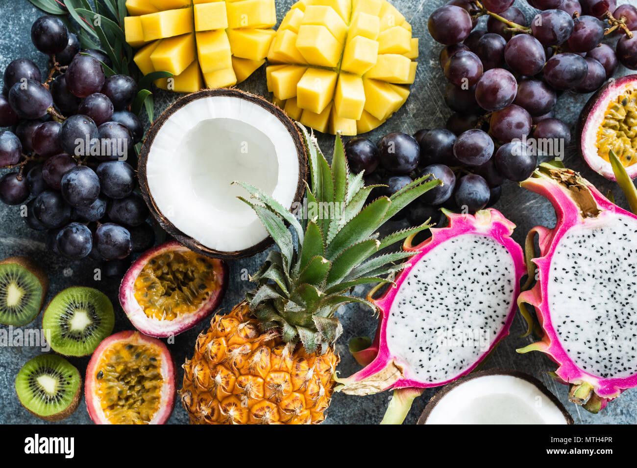 Surtido de frutas tropicales exóticas. La maracuyá, dragonfruit, mango, piña, kiwi, uvas y coco. Fondo de alimentos frescos. Comer sano, ve Foto de stock