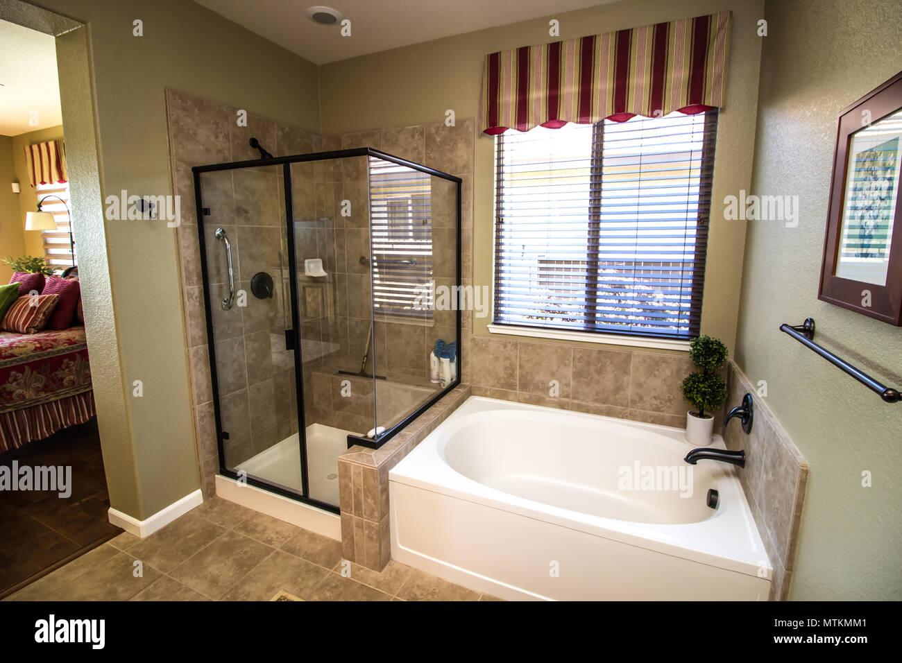 Moderno cuarto de baño con ducha y bañera de esquina Foto ...