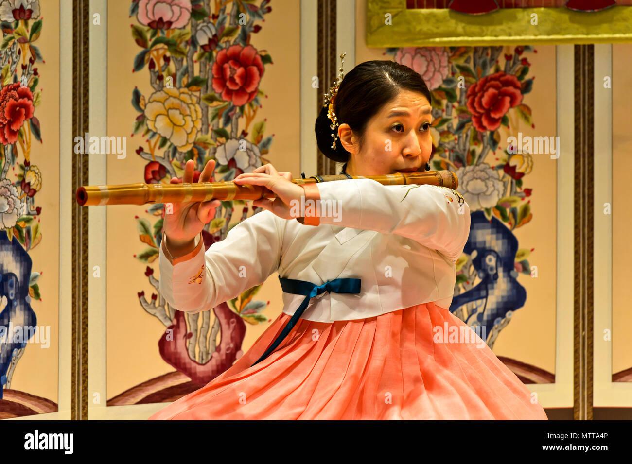 Mujer jugando el tradicional daegeum flauta travesera de bambú, del aeropuerto internacional Incheon de Seúl, Seúl, Corea del Sur Imagen De Stock