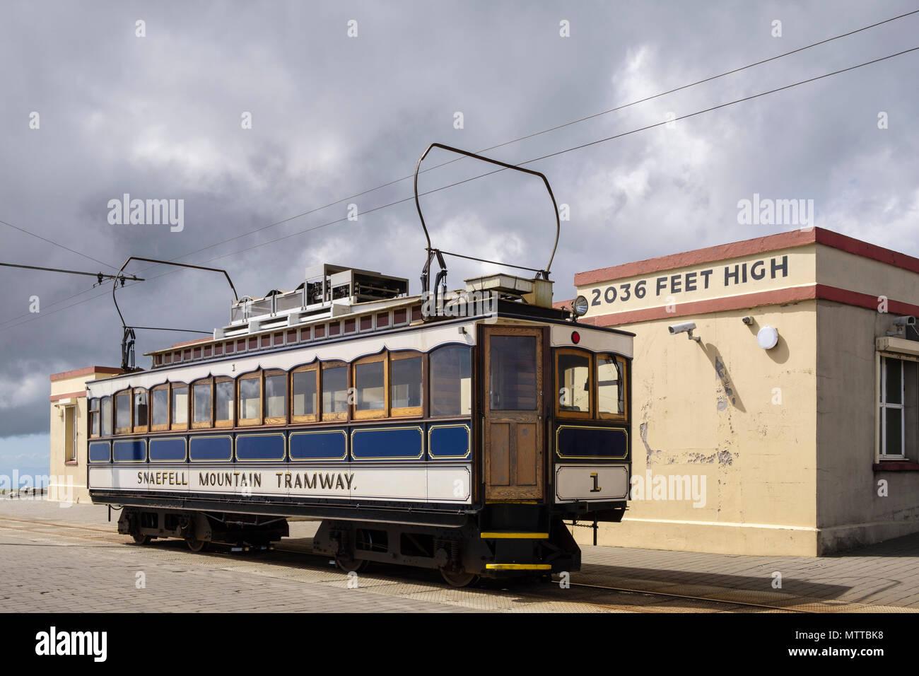 Montaña Snaefell Transporte Tren automotor eléctrico Tranvía número 1, construido en 1895, esperando en la estación cumbre cafe. Laxey, Isla de Man, Islas Británicas Imagen De Stock