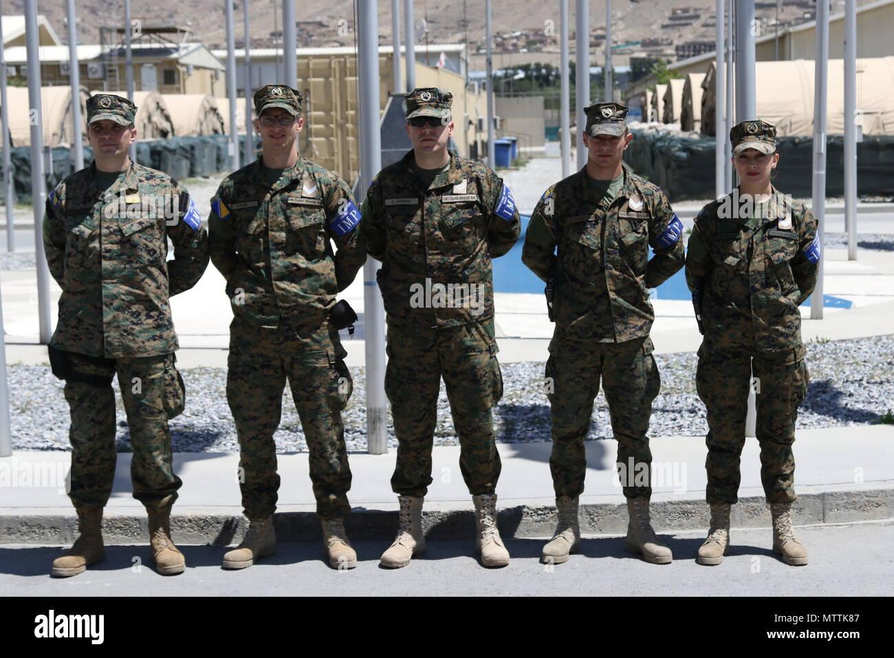 KABUL, Afganistán (Mayo 27, 2018) - Policía Militar Internacional de Bosnia y Herzegovina posan para una fotografía de grupo, en el Aeropuerto Internacional de Hamid Karzai, 27 de mayo de 2018. Bosnia y Herzegovina es una de las 39 naciones que juegan un papel integral en el decidido apoyo de la OTAN la misión. Apoyo decidido (Foto por Jordania Belser) Foto de stock