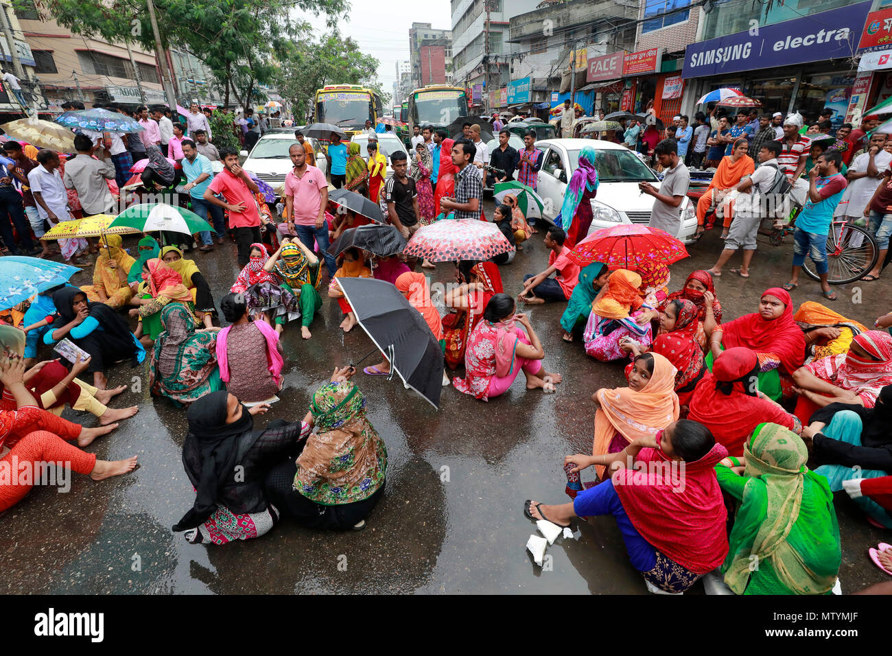 Dhaka, Bangladesh - Mayo 31, 2018: Los trabajadores de prendas Ashiana bloquear la carretera de Rampura en Dhaka, exigiendo el pago de sus salarios y dietas de atraso, Dhaka, Bangladesh, 31 de mayo de 2018. Los trabajadores de la fábrica alegado que no reciben su salario durante los últimos tres meses y ni siquiera sabe cuándo se pagaría. Además, no hay ninguna posibilidad de obtener una indemnización del festival, dijeron. Crédito: SK Hasan Ali/Alamy Live News Foto de stock