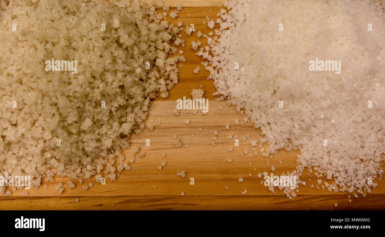 Contrastando dos montones de sal de mesa de madera para mostrar, Chicago, IL, USA Imagen De Stock