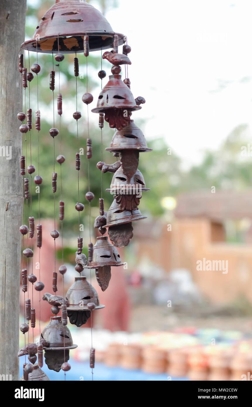 Bellos ornamentos del jardín de las campanas, abalorios, pájaros de barro, suspendida de un poste, a la venta en Shilparamam Arts & Crafts Village en Hyderabad, India. Foto de stock