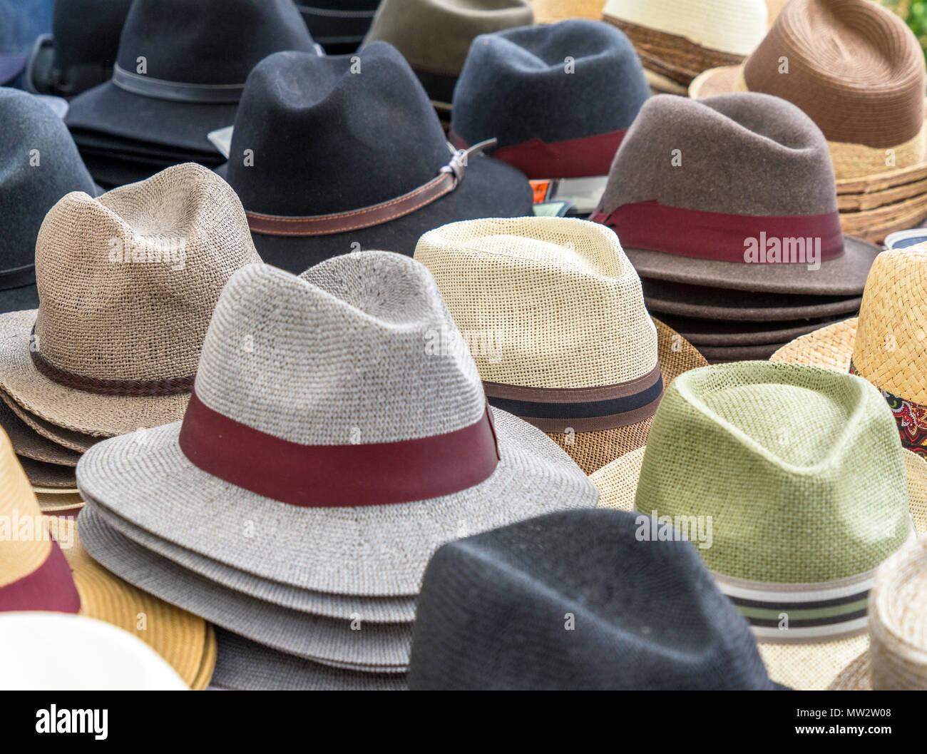 Muchos sombreros para hombres en diferentes formas y colores en una  pantalla para la venta 9c4bcbece52a