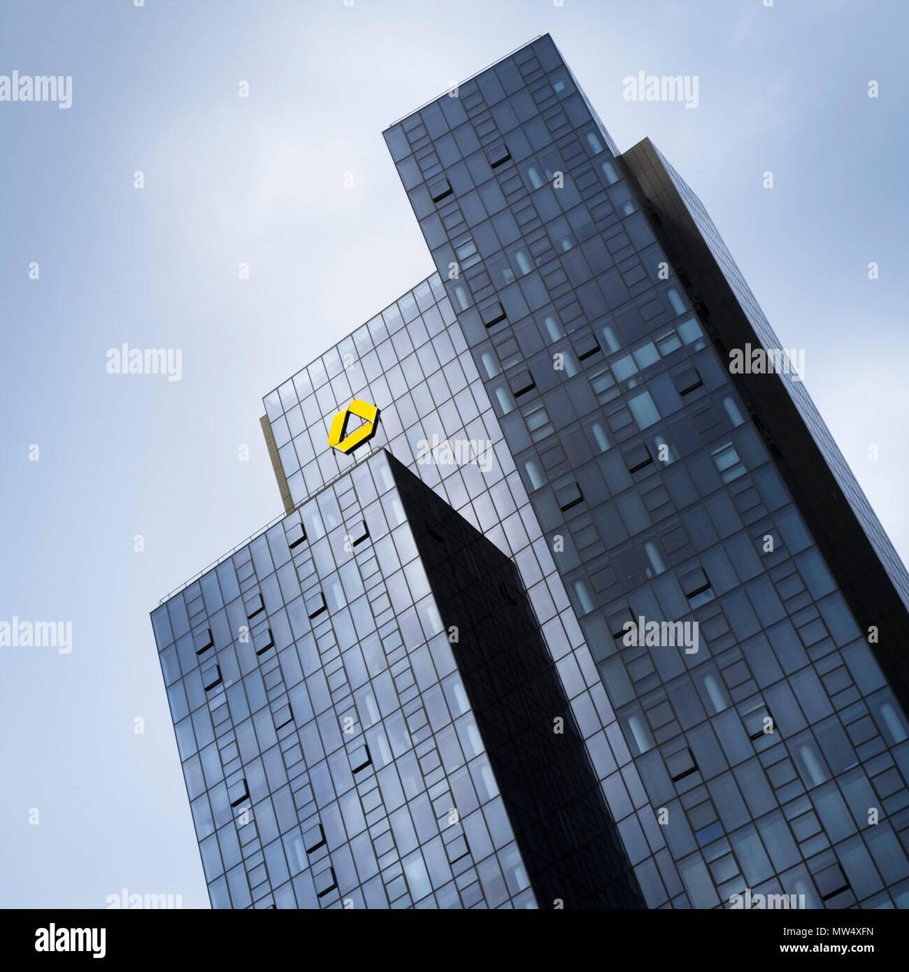 El Commerzbank Gallileo, una moderna torre de oficinas de 38 pisos en el distrito Bahnhofsviertel rascacielos de Frankfurt am Main, Hesse, Alemania Foto de stock