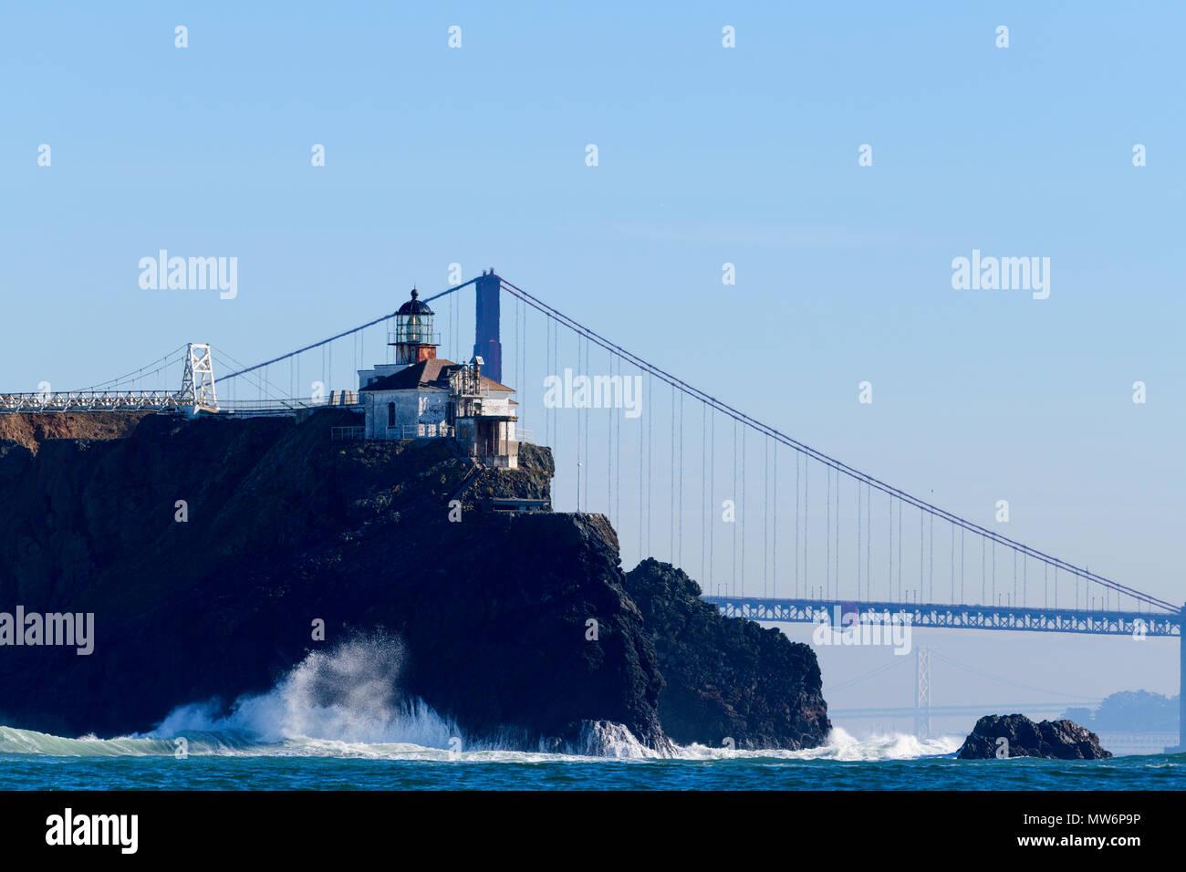 El faro de Punta Bonita en el área recreativa nacional Golden Gate en San Francisco, CA, EE.UU., como se ve desde un barco en el océano, Imagen De Stock