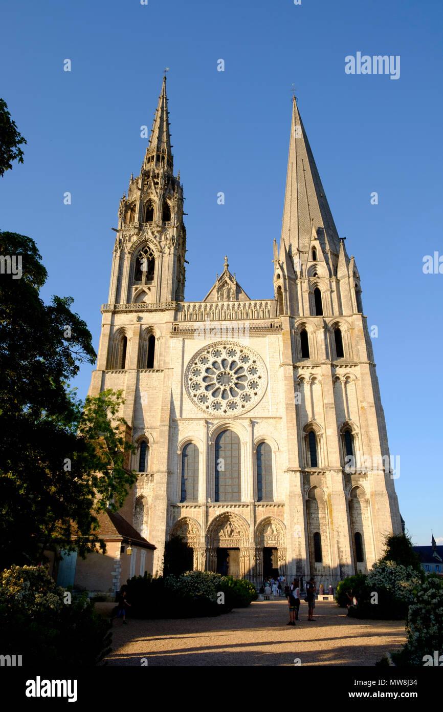 Las dos torres contrastantes en la fachada occidental de la catedral de Chartres Francia Imagen De Stock