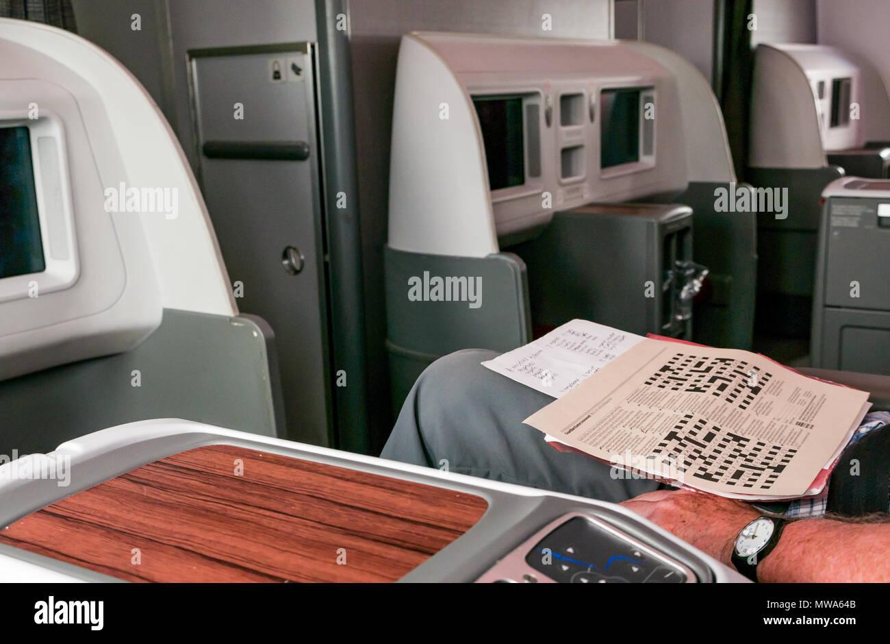 bb6dd636d2f78 Los asientos de clase Business LATAM airlines 787 Dreamliner con hombre  haciendo Guardian Crucigrama Pascua