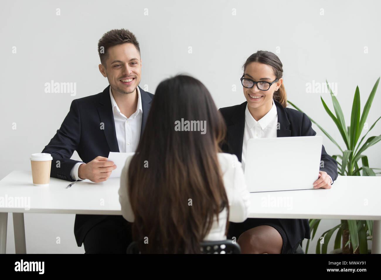 Entrevistas a directores de RRHH muy sonriente y amable, un buen candidato femenino Imagen De Stock