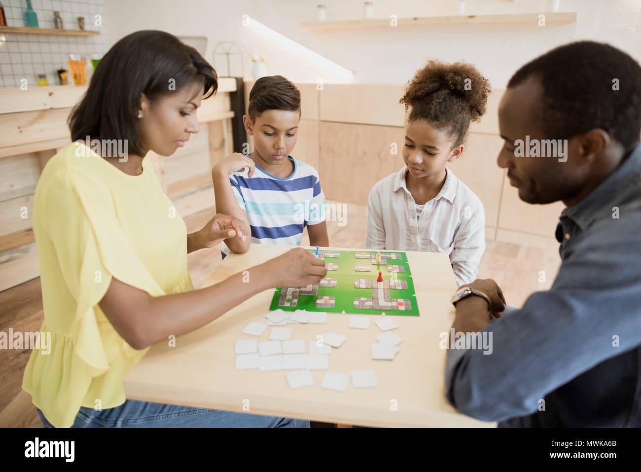 Familia Afroamericana Jugando Juego De Mesa En El Cafe Foto Imagen