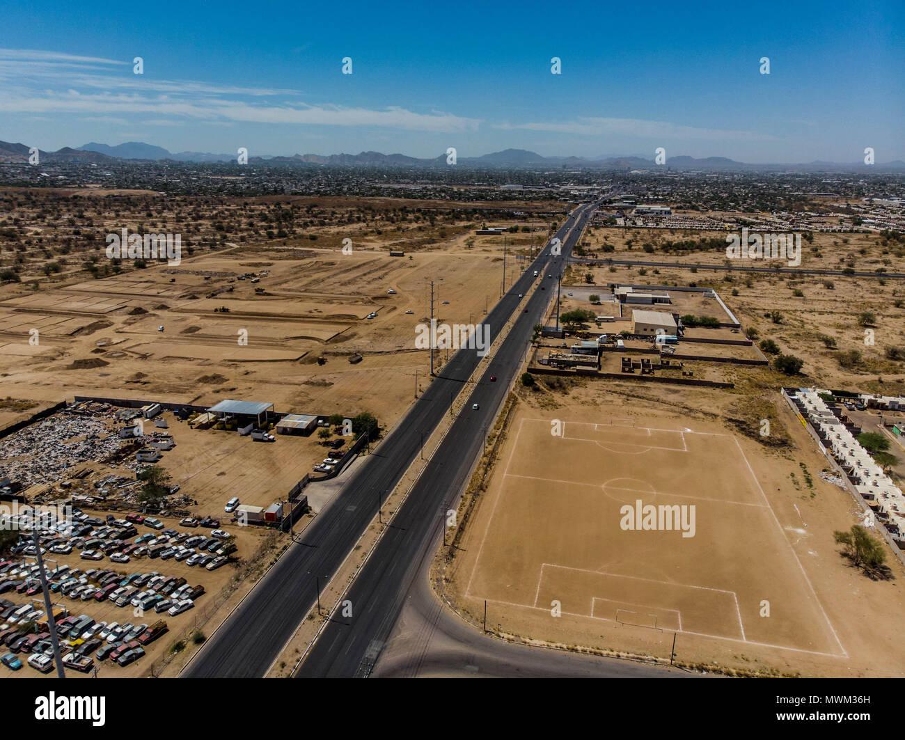 Vista aérea del campo de deportes, campo de fútbol de tierra en el norte de Hermosillo. Colonia pueblitos. Bulevar Solidaridad final. Complejo deportivo. Imagen De Stock