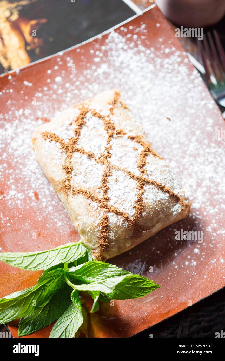 Pollo y canela dulce sabroso fillo pastelería marroquí Imagen De Stock