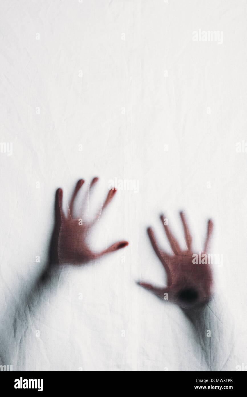 Silueta borrosa de manos humanas tocar el vidrio esmerilado Imagen De Stock