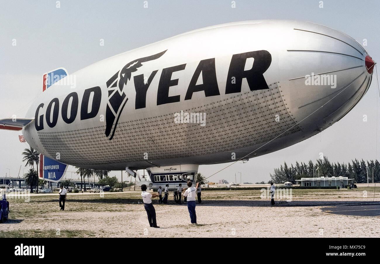 """El terreno está preparado para la tripulación Goodyear blimp 'Mayflower' al alza desde su base de operaciones en la costa oriental en Miami, Florida, EE.UU. en 1976. El Mayflower fue reemplazado posteriormente por el """"espíritu de innovación"""", uno de los tres blimps Goodyear en los EE.UU. que voló como icónico airborne anuncios para la compañía de neumáticos y caucho. A comienzos de 2017, Goodyear había sustituido a los tres no-rígido que la bolsa de aire de vehículos construidos en Alemania Zeppelins rígido que tienen estructuras internas. Los dirigibles son más frecuentemente visto rondando sobre eventos deportivos para proporcionar cobertura aérea en la televisión. Foto histórica. Foto de stock"""