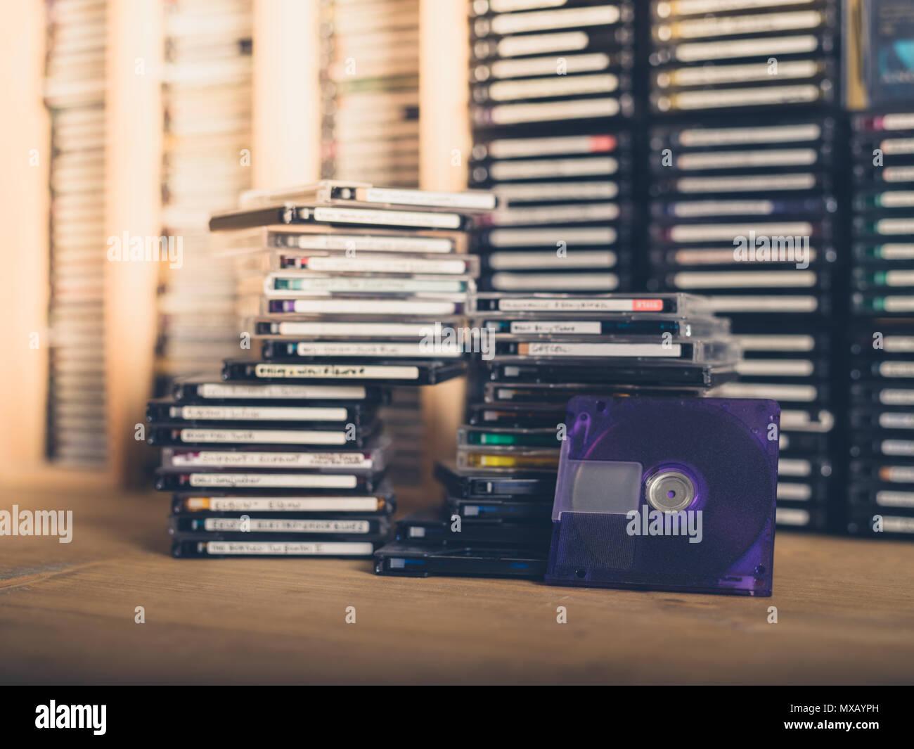 Pilas sobre pilas de totalmente obsoleto e inútil minidiscs Foto de stock