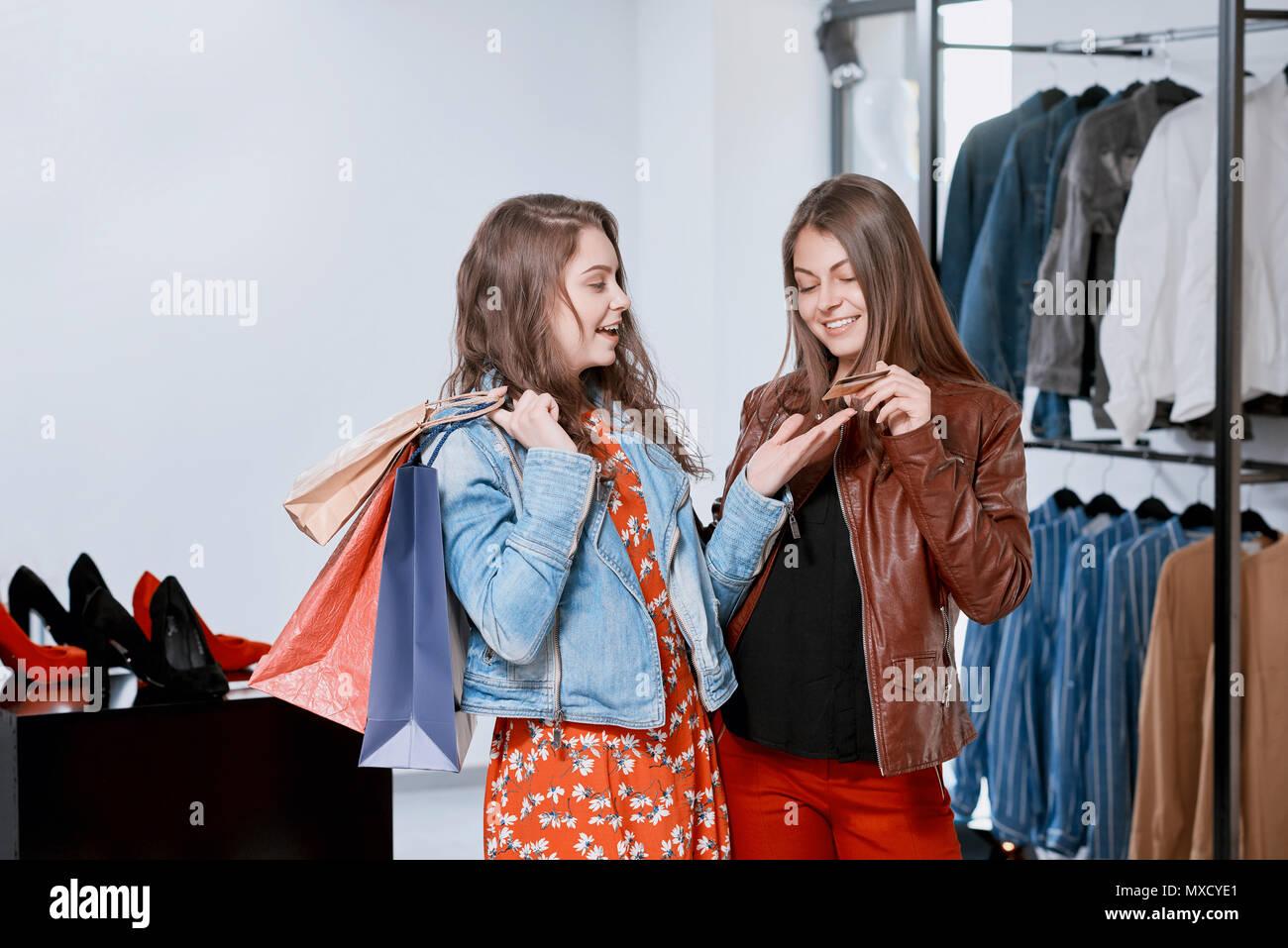 1516e396da Frontview comprando ropa de las niñas durante las compras en el centro  comercial. Mantenimiento de
