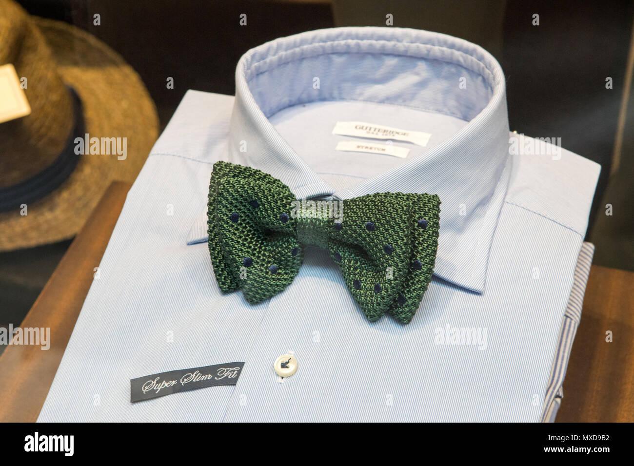 Detalle del hombre pajarita verde desgastado con camisa blanca mostraron en escaparate de tienda, Roma, Italia. Imagen De Stock
