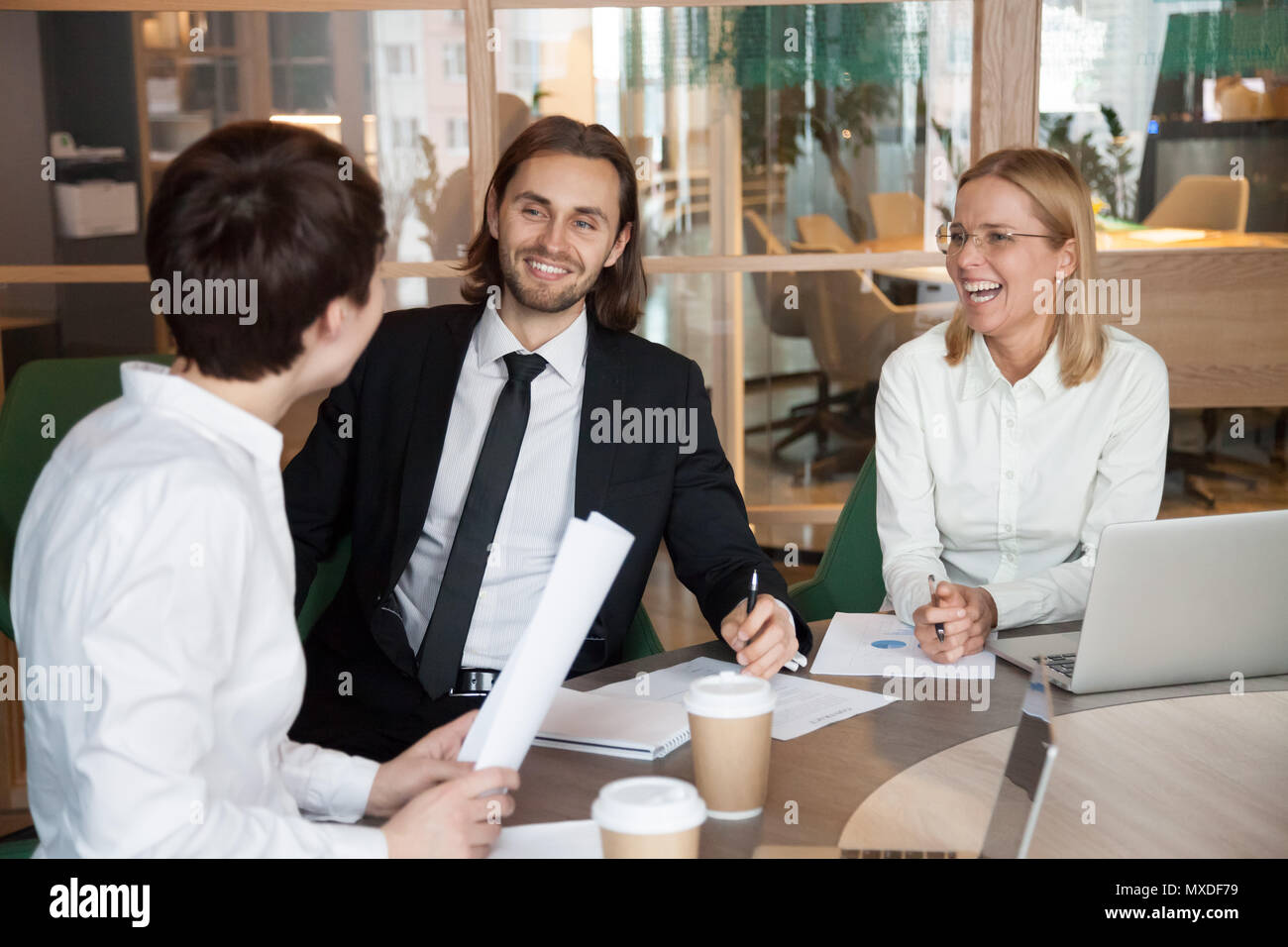Los partners que tengan una agradable conversación riendo durante m Imagen De Stock