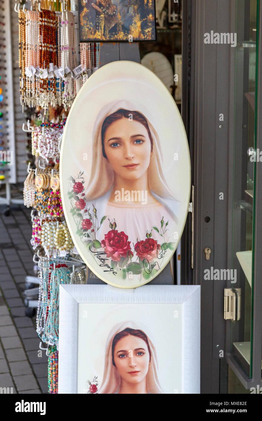 753c4b21c98 Una tienda de exhibición de dibujos de la Virgen María (regalos) en  Međugorje religiosa