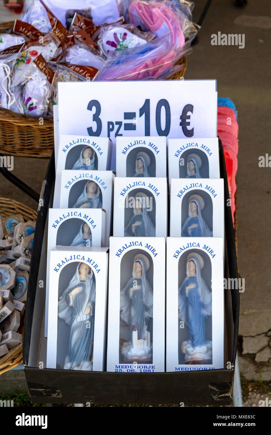 bfc8f96c2f3 Visualización de una tienda de estatuas de la Virgen María (como dones  religiosos) en