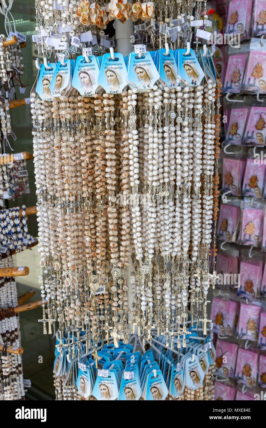 Visualización de una tienda de regalos religiosos (Rosario) en Međugorje Medjugorje (o), en la Federación de Bosnia y Herzegovina. Foto de stock