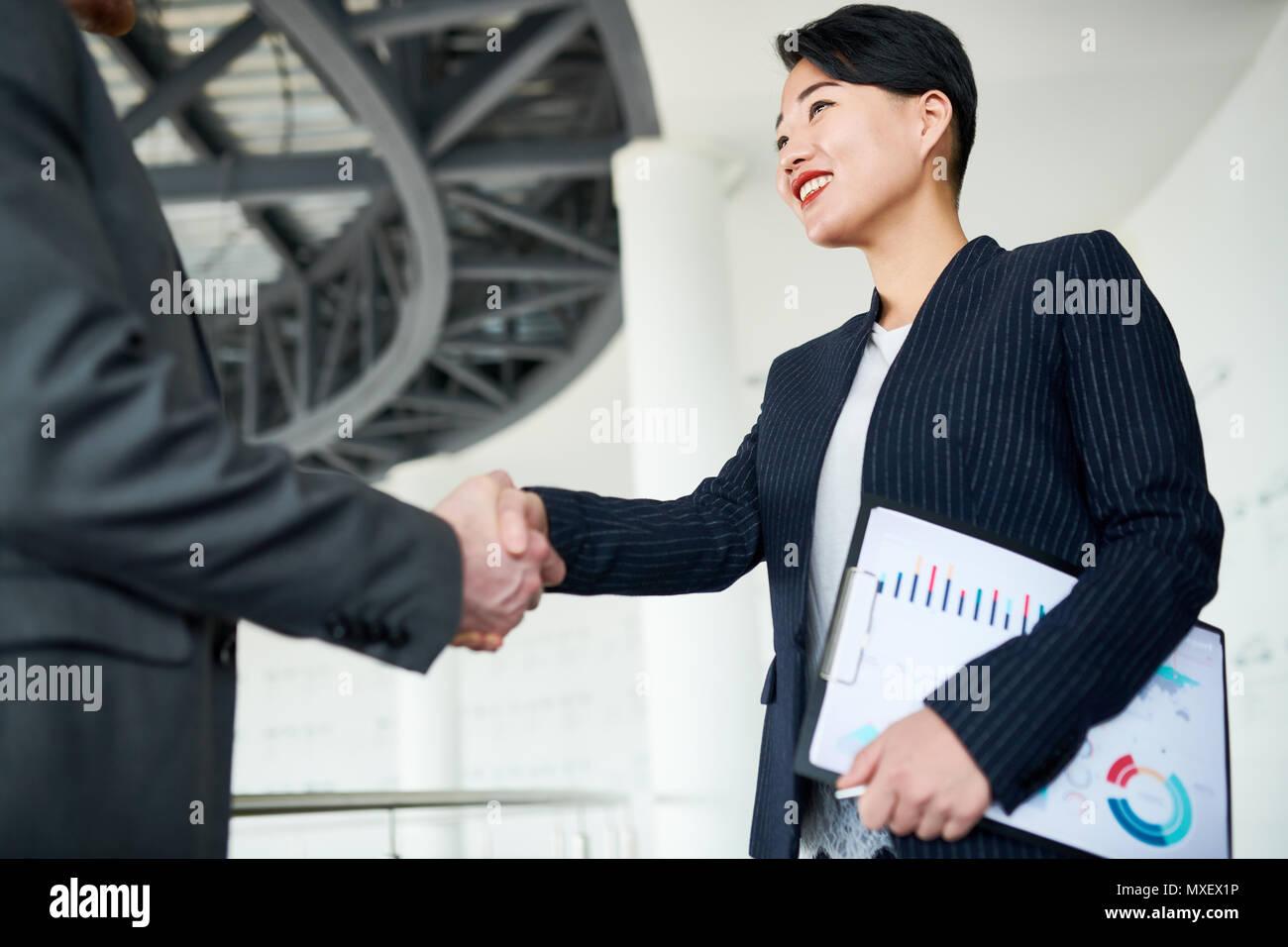 Saludo bastante empresario socio de negocio Imagen De Stock