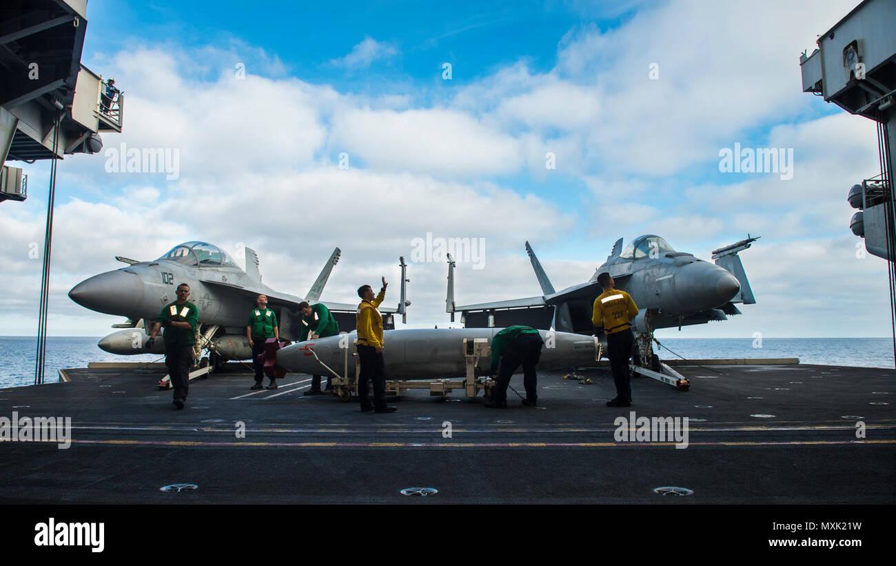 161107-N-UD666-004 OCÉANO PACÍFICO (Nov. 7, 2016), posición de los marineros y las células de combustible de aviones en el portaaviones USS Carl Vinson (CVN 70) hangar bay ascensor para el transporte a la cubierta de vuelo. El Carl Vinson Strike Group es actualmente la realización de ejercicio de la unidad de capacitación compuesto en preparación para una futura implementación. (Ee.Uu. Navy Photo by Daniel P. Jackson Norgart marinero/liberado) Imagen De Stock