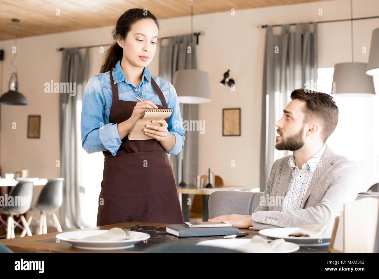 Camarera seria hablar almuerzo de negocios fin Imagen De Stock