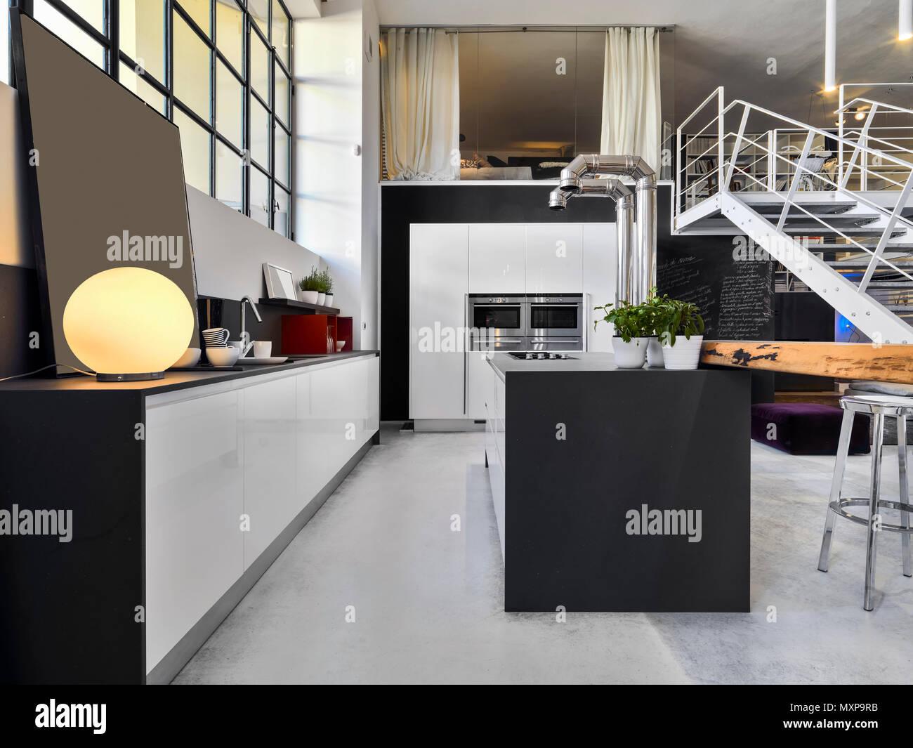 Moderna cocina interior en primer plano la isla de cocina, el piso ...