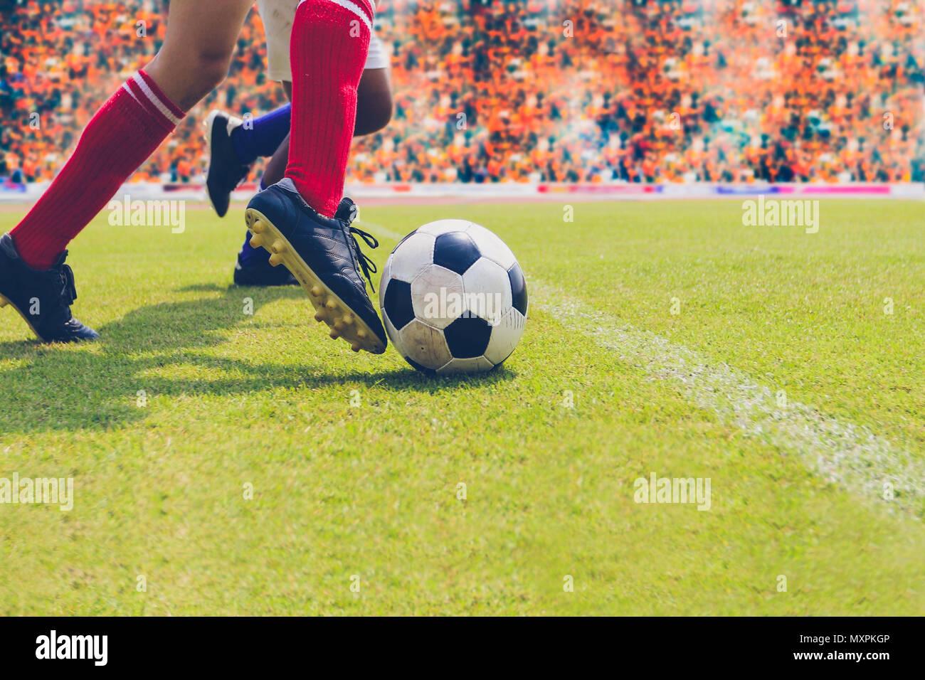 Fútbol Jugador de fútbol o de pie con bola sobre el campo para patear la  pelota de fútbol en el estadio de fútbol 612d4556aec3a