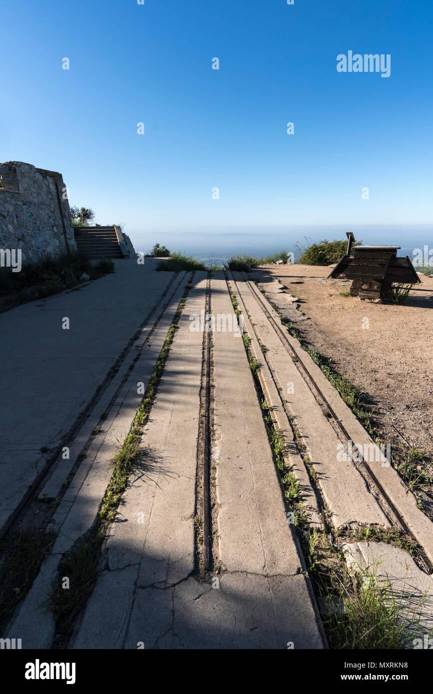 Incline Railway ruinas históricas en la parte superior de Echo Mtn en el Bosque Nacional de Los Angeles por encima de Pasadena y Los Ángeles, California. Foto de stock