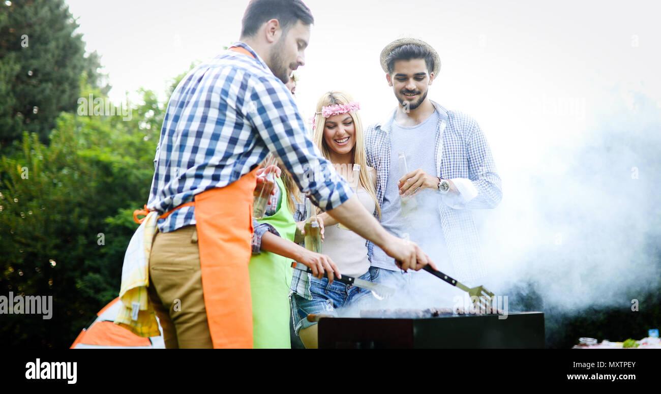 Amigos disfrutando de fiesta barbacoa Imagen De Stock
