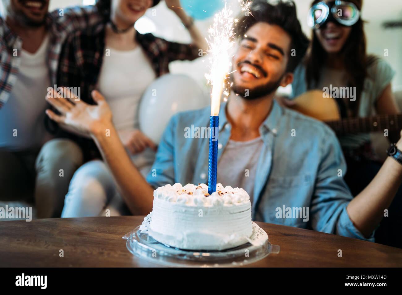 Grupo de jóvenes felices celebrando el cumpleaños de amigos Imagen De Stock